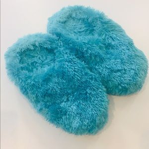 Shoes - ❤️Blue Fluffy Slippers 7-8